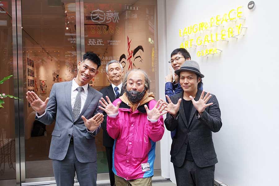 ギャラリー前で、左手前からレイザーラモンHG、RG、シャンプーハット・こいで、上野公嗣さん、ザ・プラン9の浅越ゴエ(10日撮影)