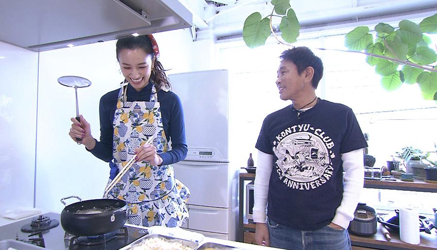 ユウが手作りコロッケを浜田に食べさせる 写真提供:MBS