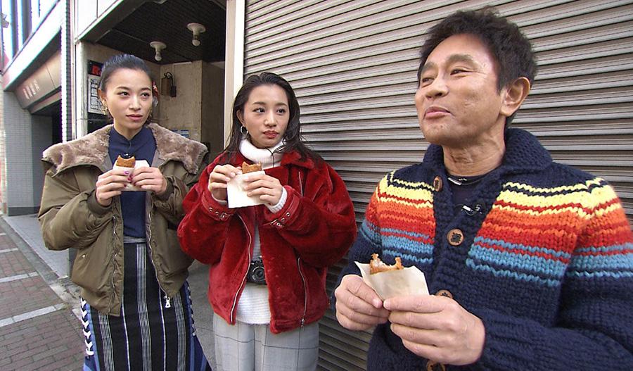 「肉の長崎屋」のコロッケを食べる高橋ユウ、高橋メアリージュン、浜田雅功 写真提供:MBS