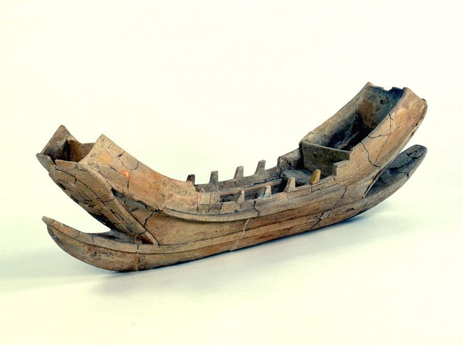 「船形埴輪」(国指定重要文化財 古墳時代中期、長原高廻り2号墳出土 文化庁蔵・大阪歴史博物館保管) 全長が128.7cmもあり、8人以上で操船する大型船の姿をリアルに表現