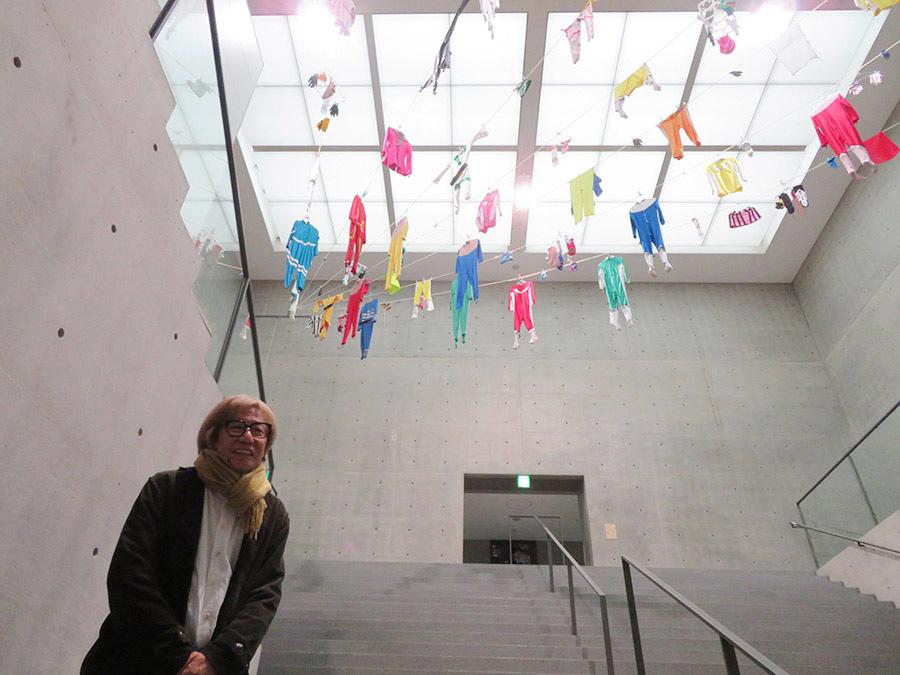 美術館の吹き抜け階段部分に展示された《ヒーローの皮》。「僕は美術館の展覧会でいつも展示室の外に作品が置かれる。今回こそはと思ったけど、やっぱり外だった」としりあがり寿