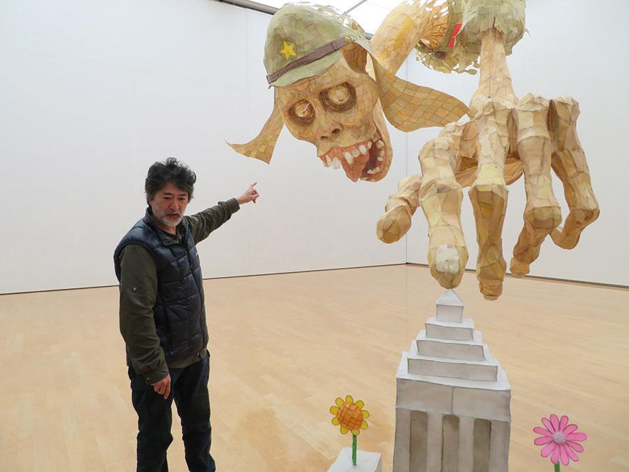 会田誠と新作《MONUMENT FOR NOTHING Ⅴ~にほんのまつり~》。作家と対比したら、作品の巨大さが分かるはず
