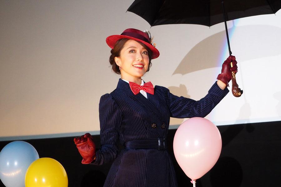 映画の主人公メリー・ポピンズと同じ衣裳を身にまとい登場した平原綾香(18日・大阪市内)