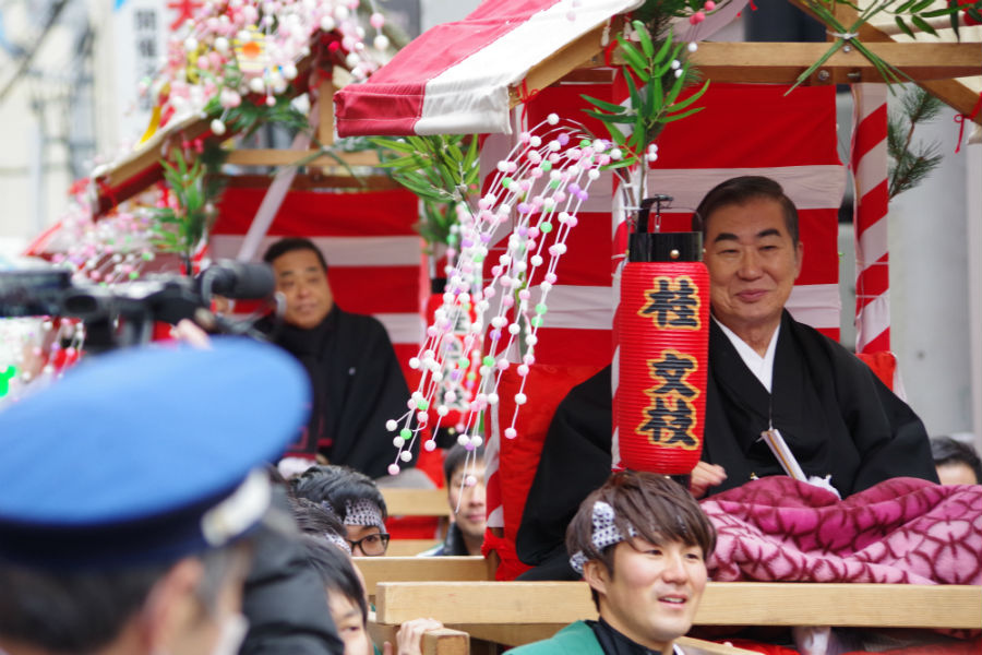 宝恵駕に乗り込み、大阪市内を練り歩く六代目桂文枝や桂きん枝ら