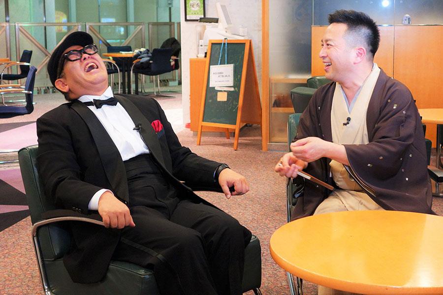 お互いに25年以上の芸歴を重ねながらも、これまで接点が全く無かった兵動大樹(左)と桂吉弥。「ほぼほぼ初めまして」な初対面(?)を果たし、2人の立ち位置を決めた(18日・カンテレ本社)