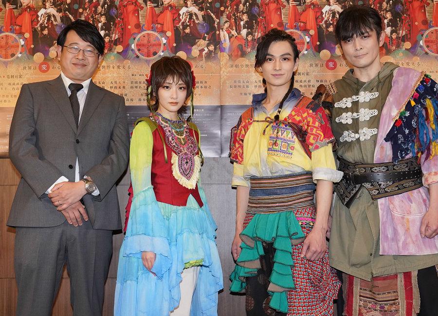 左から主宰の毛利亘宏、生駒里奈、松田凌、劇団員の井俣太良