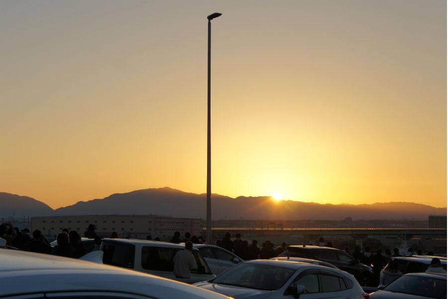 平成最後の初日の出を拝むため、徒歩、自転車、自動車などで多くの人が足を運んだ(1月1日・泉大津大橋)