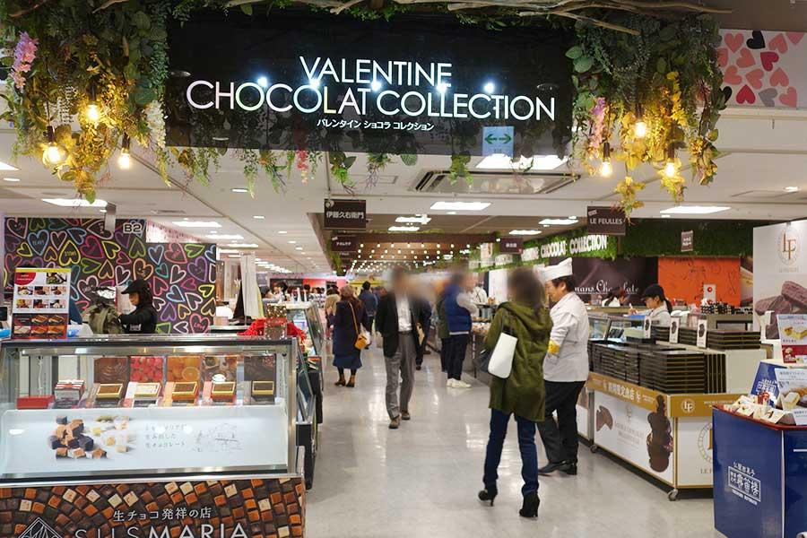 会場では試食したり、スタッフとチョコについて話をしながら購入する人も多い