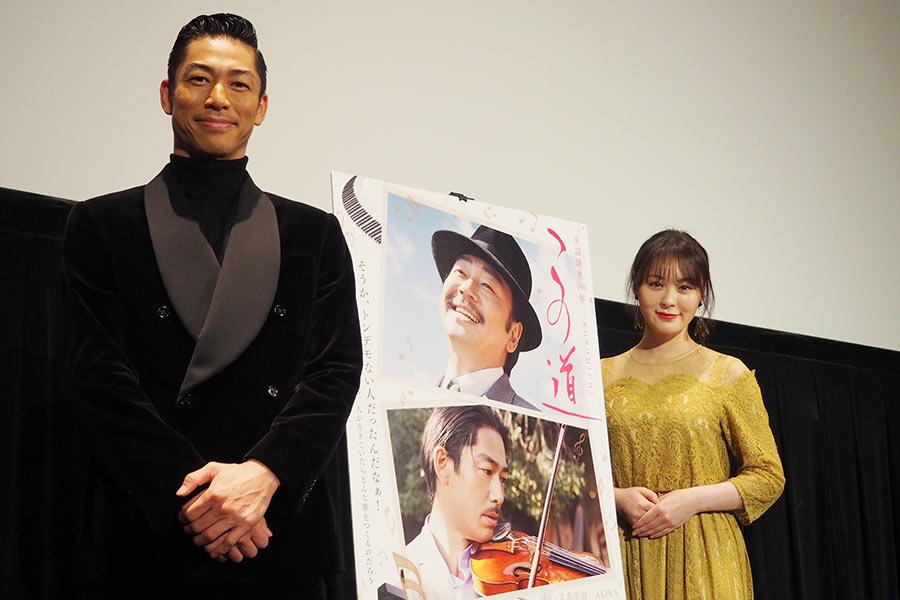 映画『この道』の舞台挨拶をおこなったEXILE AKIRA(左)と貫地谷しほり(13日・大阪市内)