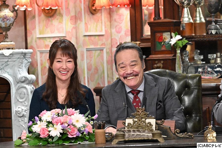 見習い秘書の工藤夕貴(左)と西田敏行局長(右)