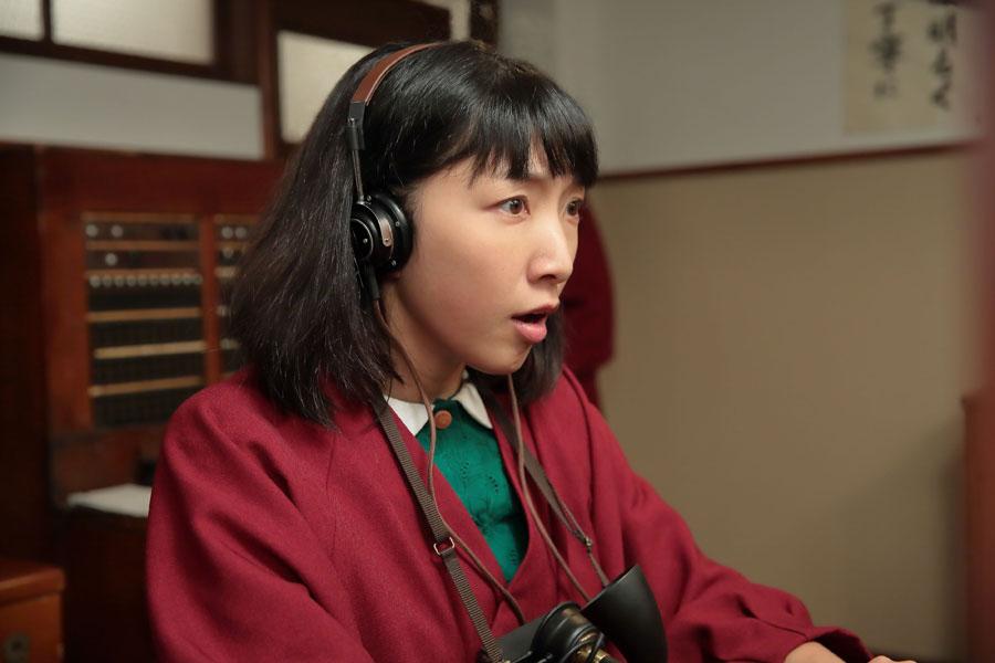 大阪東洋ホテル・電話交換室にて、間違った相手に電話をつないでいると客に指摘され、はっとする今井福子(安藤サクラ)