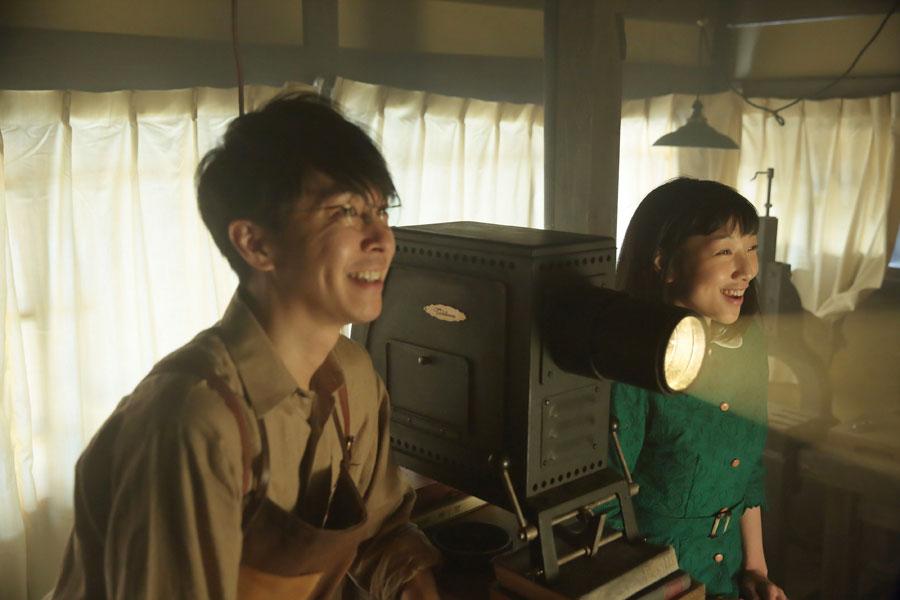 たちばな工房にて、壁に映し出された写真に感激し、「この幻灯機、姉の結婚式で使わせてもらえませんか!」と萬平(左・長谷川博己)にお願いする福子(安藤サクラ)