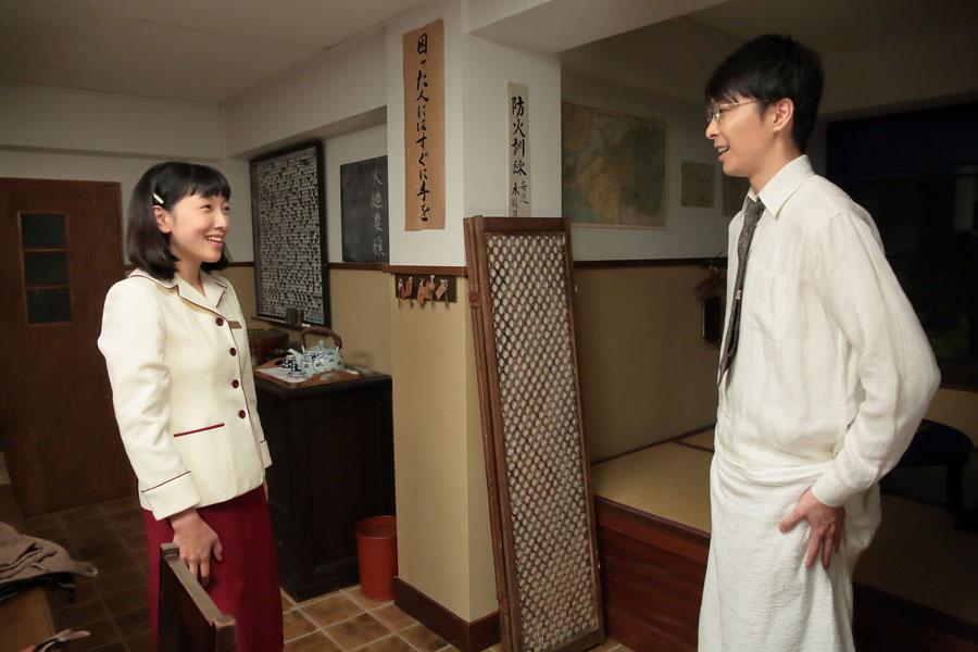 大阪東洋ホテル・更衣室にて、3年前の姉・咲の結婚式で幻灯機を操作してくれた人だったと気付き、萬平(右・長谷川博己)に御礼を言う福子(安藤サクラ)