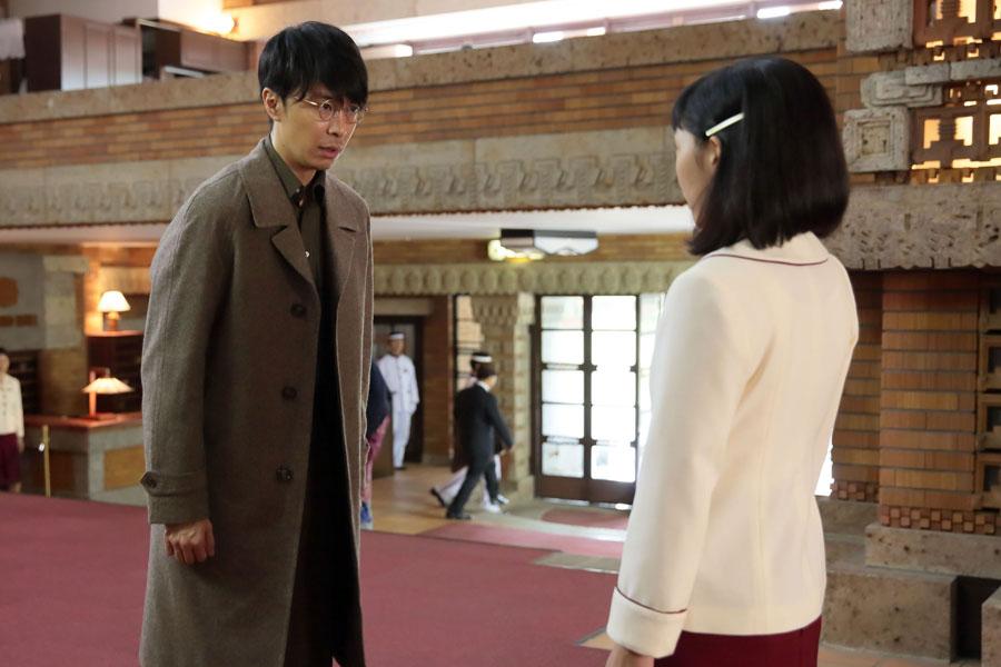 「大阪東洋ホテル」のロビーで、福子(安藤サクラ)にいきなり交際を申し込む萬平(長谷川博己)
