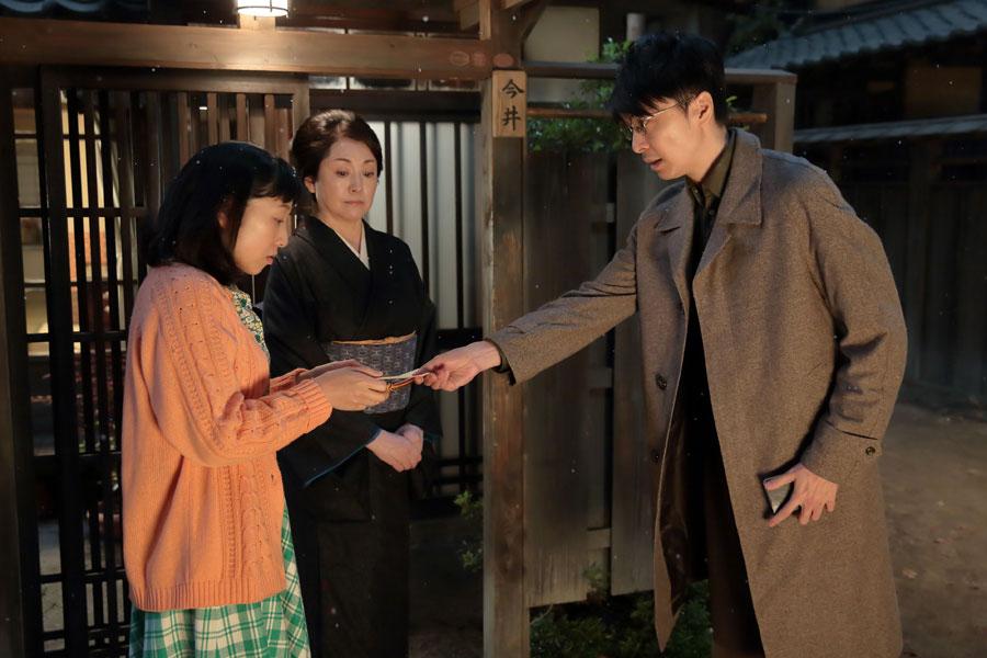 今井家の玄関前で、「結核の専門病院をみつけました」と福子(左・安藤サクラ)にメモを渡す萬平(長谷川博己)。福子の母・鈴(松坂慶子)は、そんな萬平の好意に対し・・・