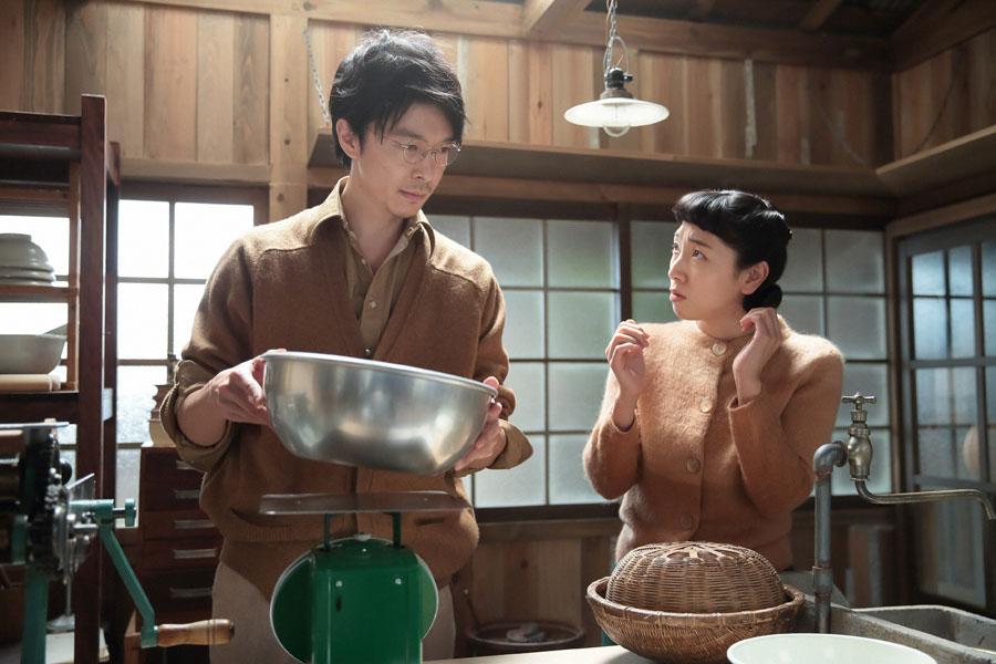 立花家・研究所にて、麺作りに取り組む萬平(左・長谷川博己)に、あることを質問する福子(安藤サクラ)