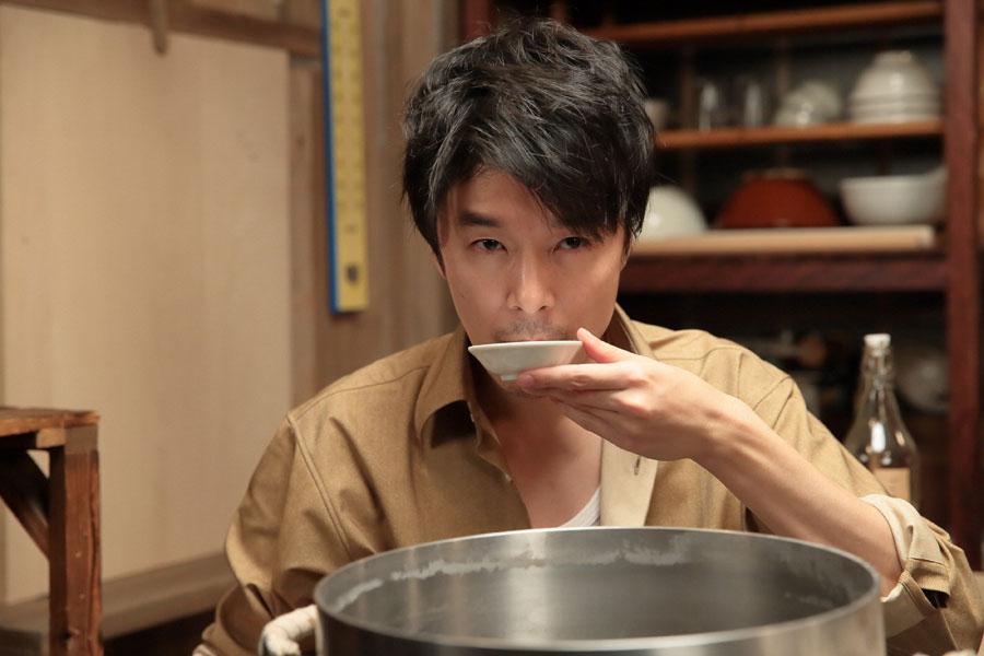 ラーメンのスープの味見をする立花萬平(長谷川博己)