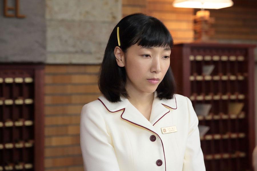 大阪東洋ホテル・フロントにて、萬平のことを思い出し、ため息をつく福子(安藤サクラ)