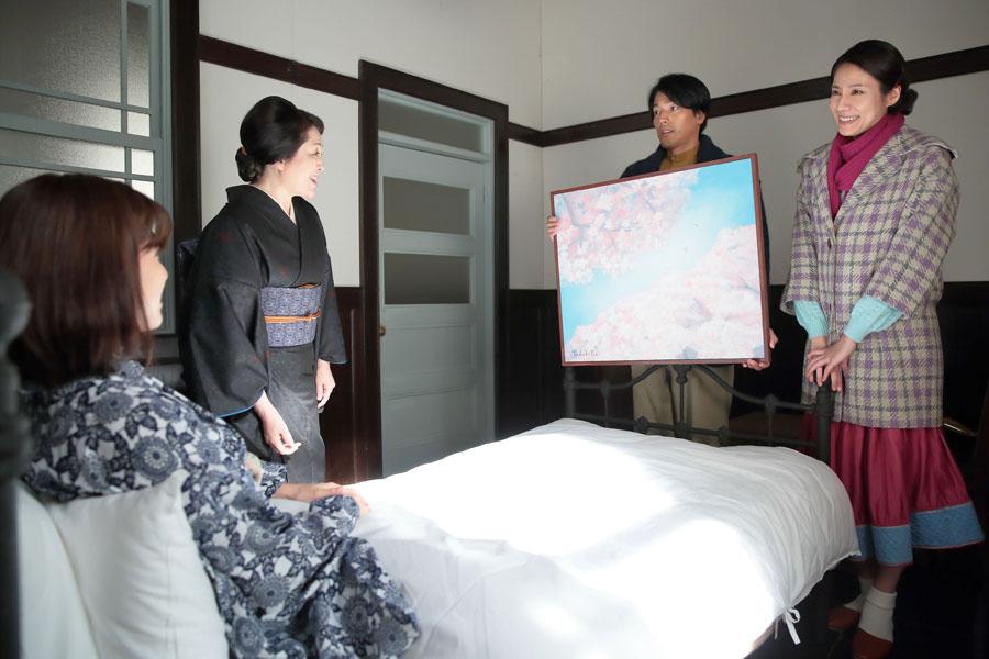 咲(内田有紀)のために、見事な桜の絵を描いて持ってきた香田忠彦(要潤)と妻・克子(松下奈緒)