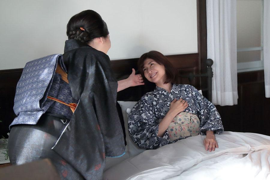 咲が小さい頃の話をする母・鈴(松坂慶子)に、「そやから覚えてないって」と笑う咲(内田有紀)