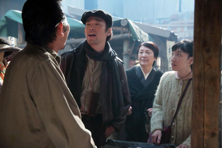 闇市にて、着物を売りに来た福子(右・安藤サクラ)と鈴(松坂慶子)は、偶然、世良(左から二人目・桐谷健太)に再会する