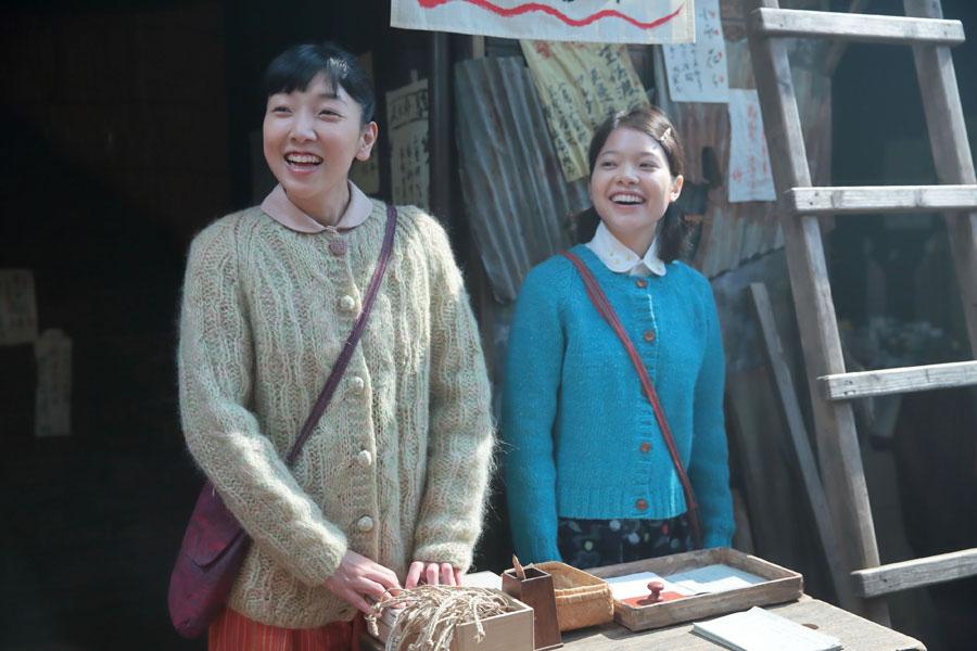 はんこ作りの受付をして、元気に営業する福子(左側・安藤サクラ)とタカ(岸井ゆきの)