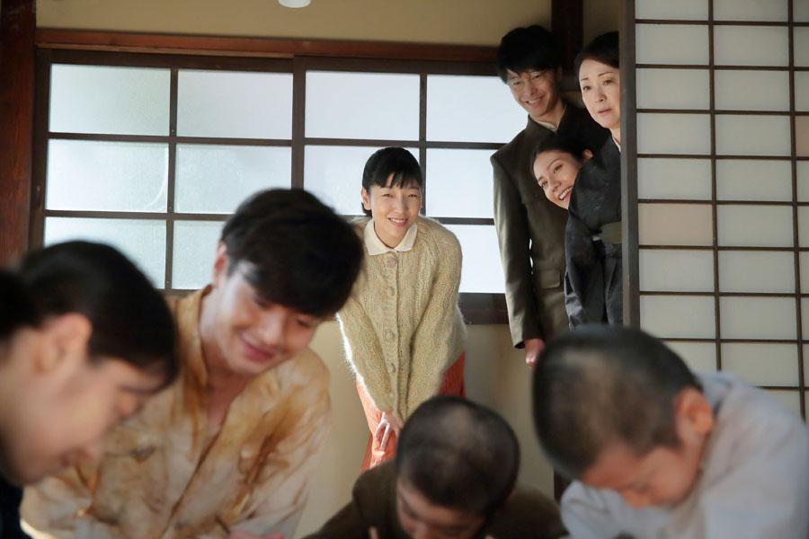 香田家にて、神部(前方左から2人目・瀬戸康史)が子どもたちに勉強を教えている様子を見ている福子(後方左・安藤サクラ)、萬平(長谷川博己)、克子(松下奈緒)、鈴(松坂慶子)