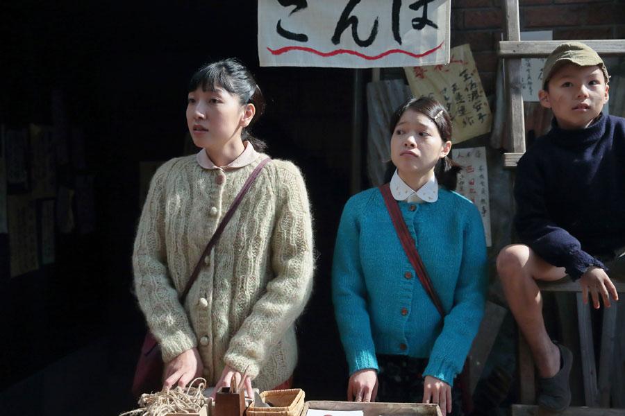 大阪の街路にて、同業者がたくさん出てきて、なかなかハンコが売れなくなり困惑する福子(安藤サクラ)とタカ(岸井ゆきの)