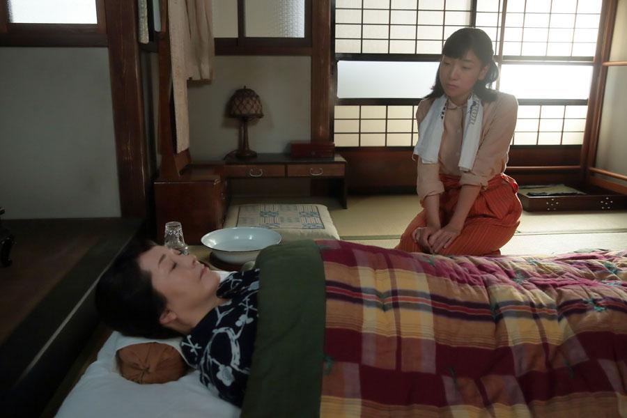 疲れがたまり、倒れてしまった鈴(左・松坂慶子)の寝顔を見つめる福子(安藤サクラ)