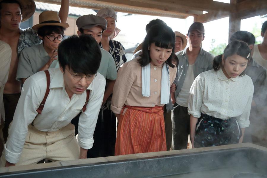 煮詰まってきた釜の中を見つめる萬平たち