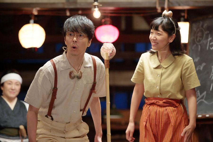 へたくそな夫婦漫才を披露する萬平(長谷川博己)と福子(安藤サクラ)