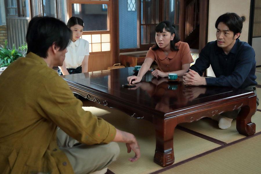 真一(右・大谷亮平)と忠彦(左・要潤)を説得しに来た福子(安藤サクラ)は、「忠彦さん、自分の顔を見て」と手鏡を差し出す