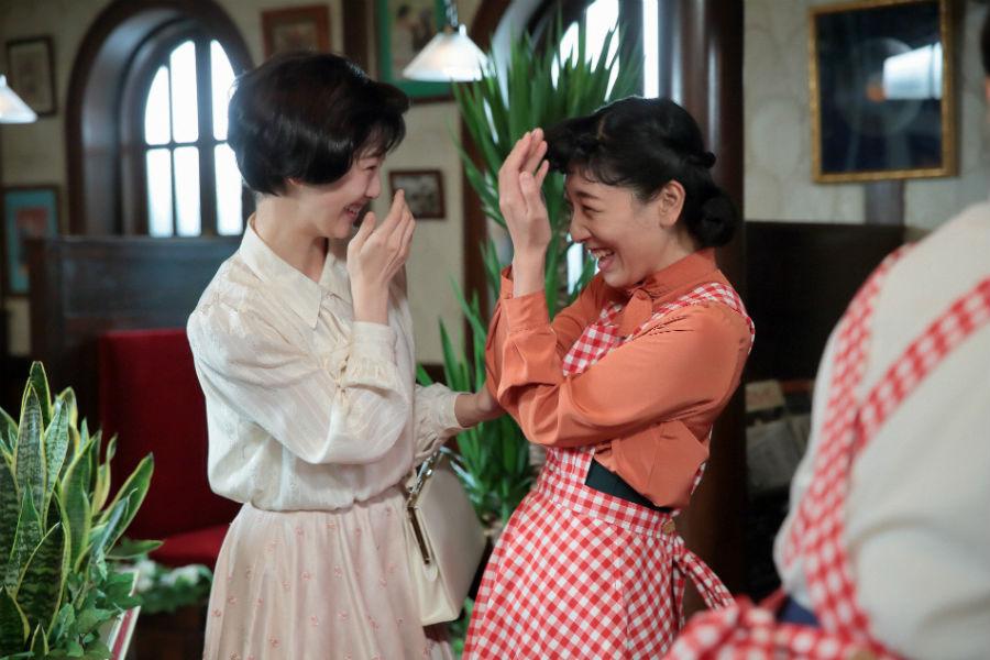 喫茶店「パーラー白薔薇」で働いていると聞いて会いに来た敏子(左・松井玲奈)と、久しぶりの再会を喜びあう福子(安藤サクラ)