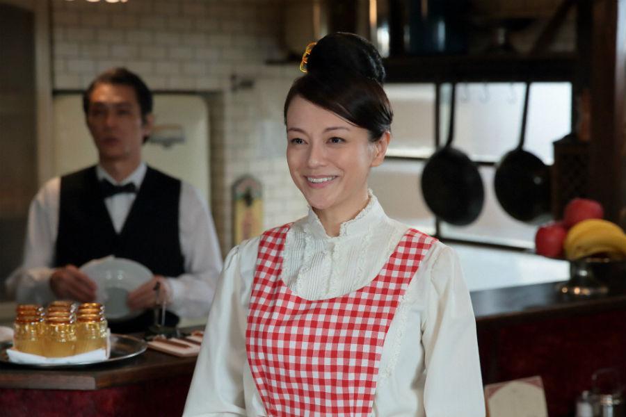 喫茶店「パーラー白薔薇」のオーナー夫人・川上しのぶ(牧瀬里穂)