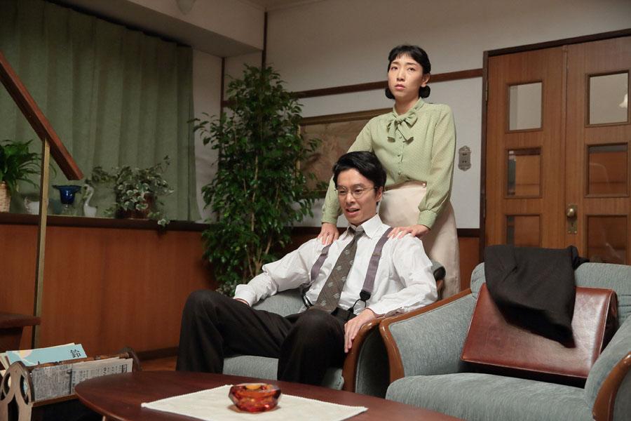 立花家・居間にて、萬平(長谷川博己)から、「自宅を担保にしたが、梅田銀行からの資金援助は断られるかもしれない」という話を聞く福子(安藤サクラ)