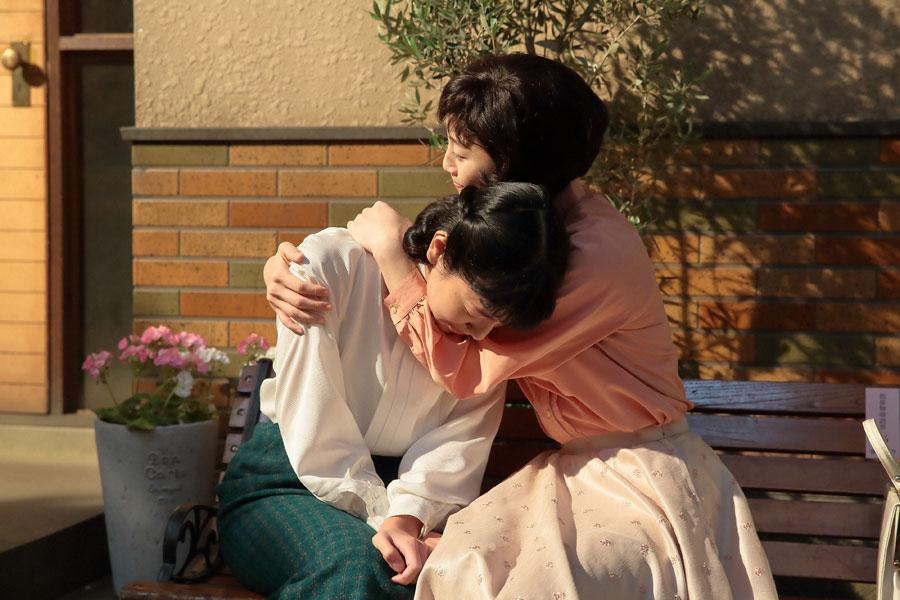 みんなの前では気丈にふるまうも、親友・敏子(松井玲奈)には本音を吐露し、泣いてしまう福子(安藤サクラ)