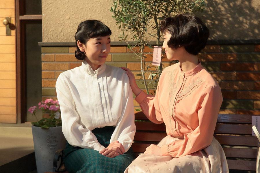 みんなの前では気丈に振る舞うが、親友・敏子(右・松井玲奈)には本音を吐き出す福子(安藤サクラ)。福子は敏子にお礼を言い、「泣いたらスッキリした」と話す
