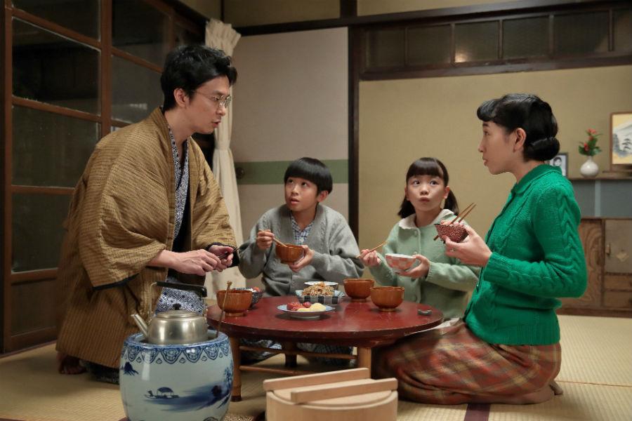居間にて、ついに何かをひらめいた萬平(左・長谷川博己)。その内容に家族はみんなビックリ!