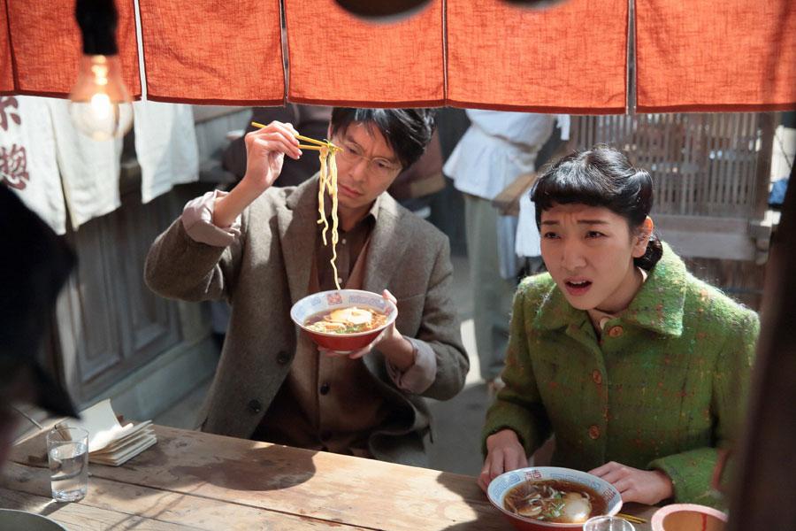 屋台で、店主からラーメンの作り方を聞く萬平(左・長谷川博己)と福子(安藤サクラ)