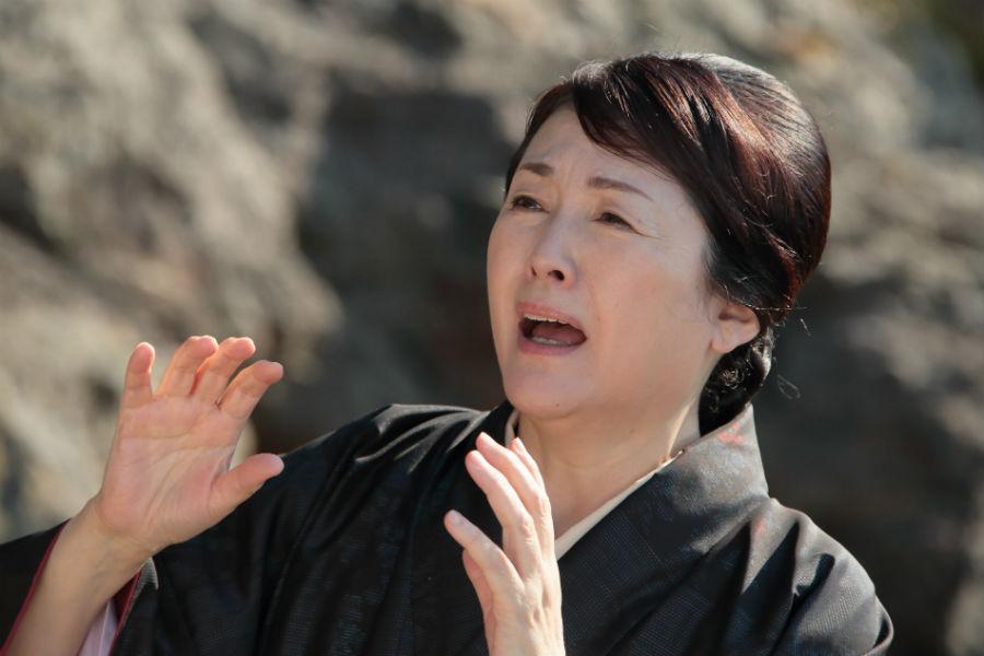 さまざまな表情でかわいらしくヒロイン福子の母・鈴を演じる松坂慶子