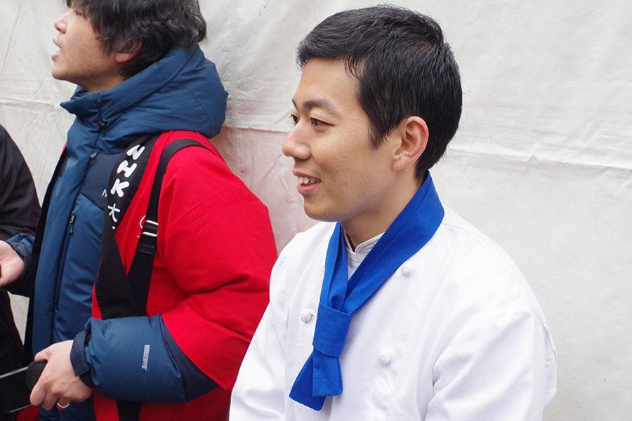 浪花の喜劇王・藤山寛美さんの孫で、藤山直美の甥にあたる扇治郎。5年前に松竹新喜劇に入団し、ドラマや映画に出演しながら劇団のホープとして活躍している