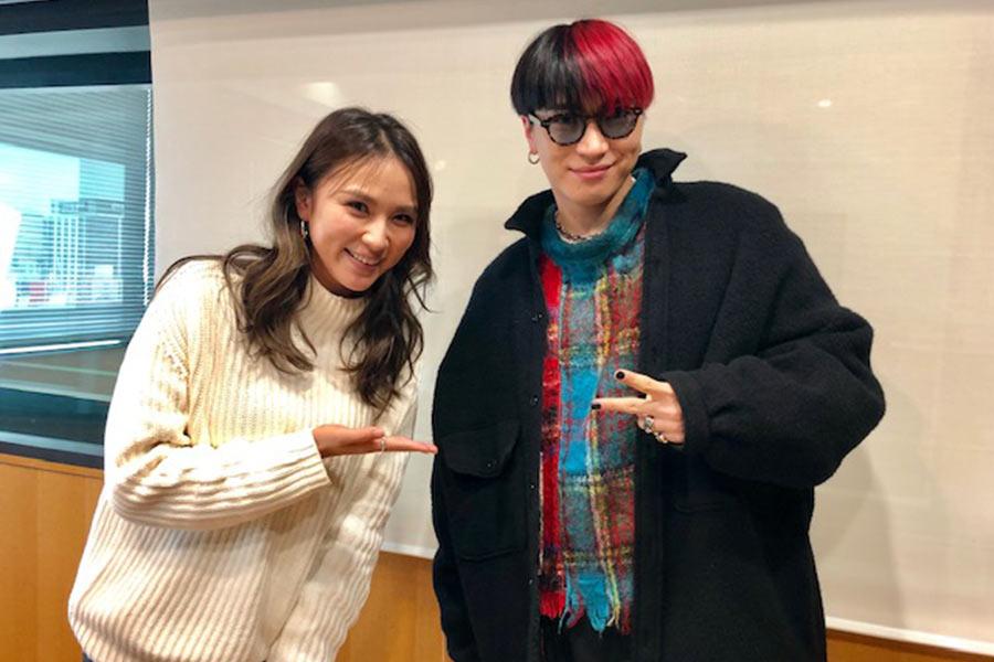 FM OH!『LOVE FLAP』にゲスト出演した松下優也(右)、左はDJの赤松悠実(10日・大阪市内)