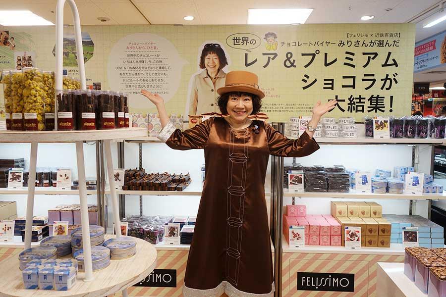 「フェリシモ」のカリスマチョコバイヤーのみりさんのコーナーも登場。記念撮影を次々とお願いされていた(18日、あべのハルカス近鉄本店)