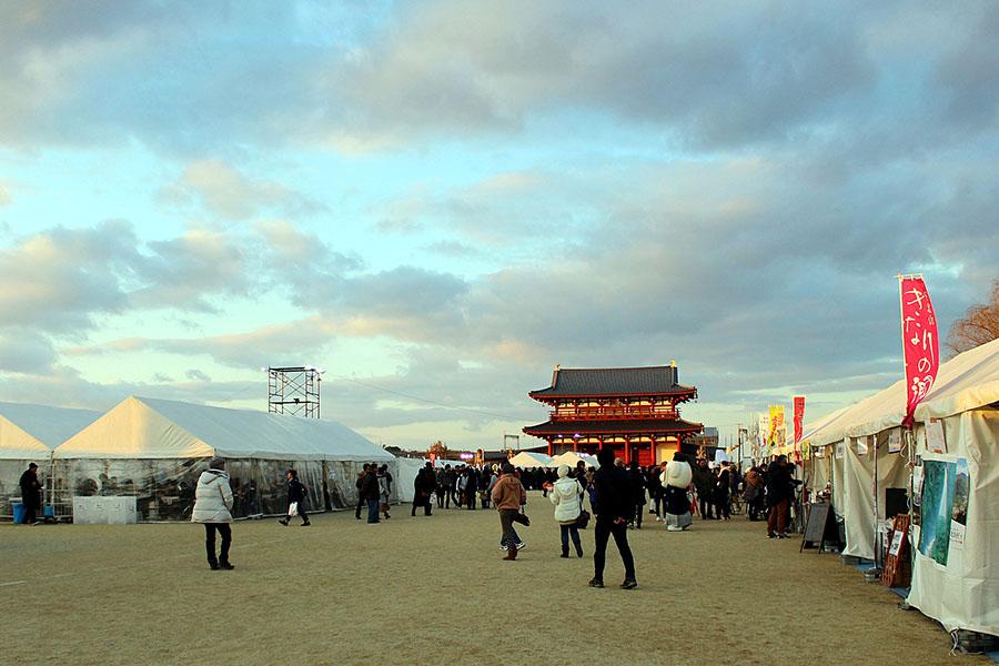 朱雀門ひろばの両サイドに奈良県のあったかもんと特産品の屋台が並ぶ様子。大阪府から来た女性は「まるで古代の市の様で素敵」と語った