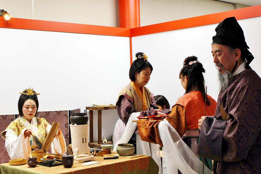 古代文化体験のひとつ『天平茶体験』。奈良時代の部屋のしつらえのなか、遣唐使がもたらしたお茶を味わった