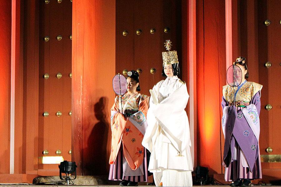 女帝役は第24代元ミス奈良の中島志佳(ゆきか)さん。儀礼服である『礼服(らいふく)』『礼冠(らいかん)』を身につけている(27日・平城宮跡)