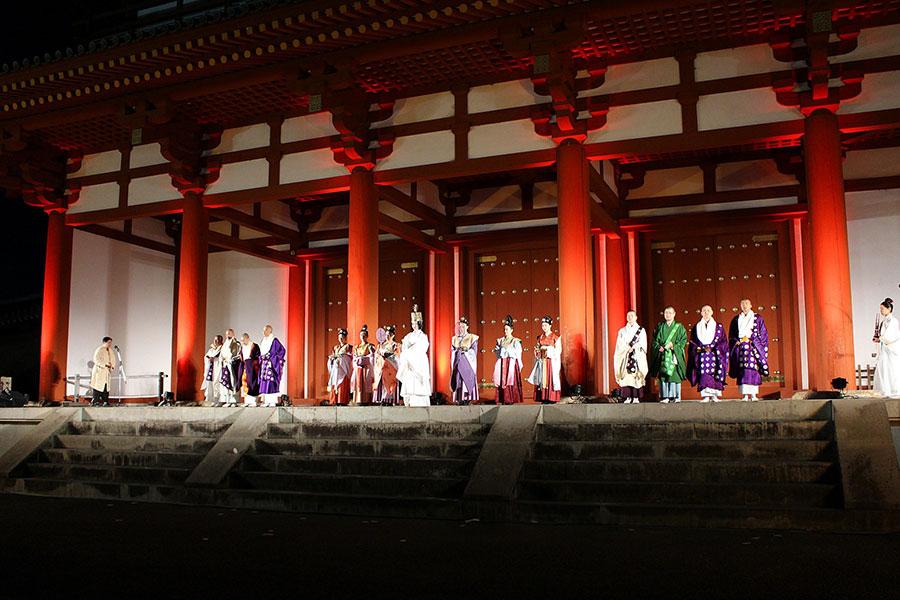 閉会式には南都の僧侶も参列し、正月に行われたという宮廷行事『御斎会』をモチーフに開催(27日・平城宮跡)