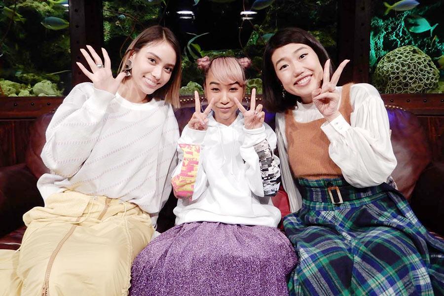 左から、番組MCの滝沢カレン、ゲストの青山テルマ&横澤夏子