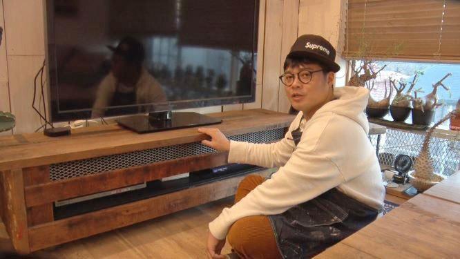 佐田が最初に作ったというテレビ台。千原ジュニアからもらったものに木で作ったカバーを付けた 写真提供:MBS