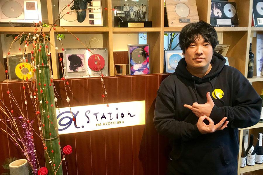 自身も同局にレギュラー番組『Okazaki Radio Channel』を持つ岡崎体育(9日・α-STATIONスタジオ)